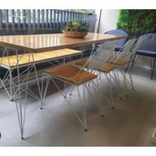 cadeira simples design assinado estrutura de metal assento de madeira