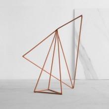 Escultura Equilíbrio Marina Rodrigues em solda metalizada e pintura eletrostática bronze