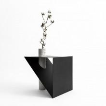 Mesa Lateral Line Metal com Vaso Assinado por FYP Design