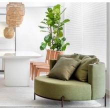poltrona grande espaçosa para sala de estar com almofadas redonda