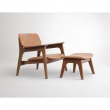 poltrona estofada com madeira mais apoio de pé design assinado minimalista